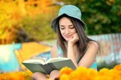 Bella giovane donna che legge un libro fuori Fotografia Stock Libera da Diritti