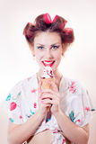 Bella giovane donna che mangia cono gelato che guarda in camera isolato sull'immagine bianca del ritratto del fondo dello spazio  Immagine Stock Libera da Diritti