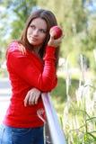 Bella giovane donna che mangia mela. Fotografie Stock Libere da Diritti
