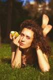 Bella giovane donna che mangia mela all'aperto Fotografie Stock