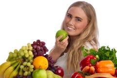 Bella giovane donna che mangia mela verde Fotografia Stock