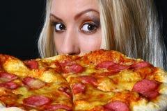 Bella giovane donna che mangia pizza Fotografie Stock
