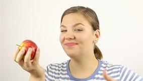 Bella giovane donna che mangia una mela rossa video d archivio