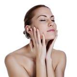 Bella giovane donna che massaggia il suo fronte Fotografie Stock Libere da Diritti