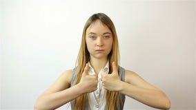 Bella giovane donna che mostra le dita riuscite archivi video