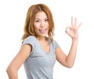 Bella giovane donna che mostra segno giusto Fotografie Stock Libere da Diritti