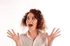 Bella giovane donna che osserva molto sorpresa qualcosa Immagini Stock Libere da Diritti