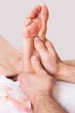 Bella giovane donna che ottiene massaggio dei piedi fotografia stock libera da diritti
