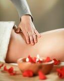 Bella giovane donna che ottiene massaggio della stazione termale fotografie stock