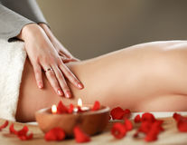 Bella giovane donna che ottiene massaggio della stazione termale immagini stock