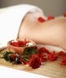 Bella giovane donna che ottiene massaggio della stazione termale fotografie stock libere da diritti