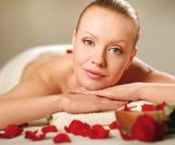 Bella giovane donna che ottiene massaggio della stazione termale fotografia stock libera da diritti