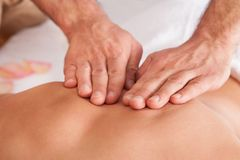 Bella giovane donna che ottiene massaggio posteriore fotografia stock
