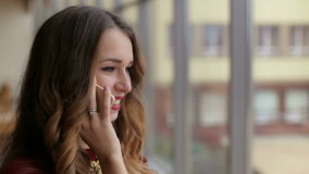 Bella giovane donna che parla dal telefono cellulare, primo piano archivi video