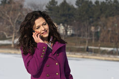 Bella giovane donna che parla sul telefono Immagini Stock Libere da Diritti