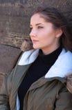 Bella giovane donna che pende contro un recinto di legno Fotografia Stock Libera da Diritti