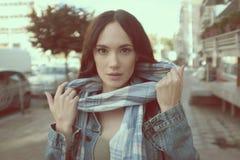 Bella giovane donna che posa con una sciarpa Immagine Stock Libera da Diritti