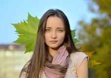 Bella giovane donna che posa fuori in autunno Immagine Stock