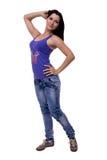 Bella giovane donna che posa sorridere alla moda diritto dei jeans e della maglietta delicatamente isolato su fondo bianco Fotografia Stock