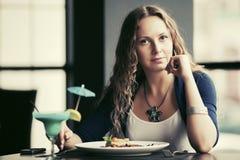 Bella giovane donna che pranza al ristorante Immagini Stock Libere da Diritti