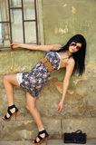 Bella giovane donna che propone vicino ad una vecchia parete Immagini Stock Libere da Diritti