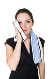 Bella giovane donna che pulisce il suo fronte con la a Fotografia Stock