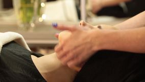 Bella giovane donna che riceve massaggio facciale con gli occhi chiusi in un salone della stazione termale video d archivio