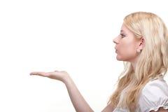 Bella giovane donna che salta un bacio Immagini Stock Libere da Diritti