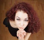 Bella giovane donna che salta un bacio Fotografia Stock