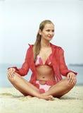 Bella giovane donna che si distende sulla spiaggia Immagini Stock