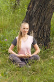 Bella giovane donna che si rilassa nella foresta sotto Fotografie Stock