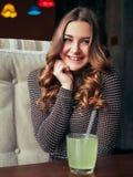 Bella giovane donna che si siede in caffè italiano di stile con limonata Immagini Stock