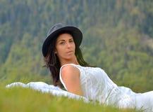 Bella giovane donna che si trova su un campo Immagine Stock Libera da Diritti