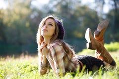 Bella giovane donna che si trova sull'erba Fotografie Stock Libere da Diritti