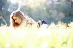 Bella giovane donna che si trova sull'erba Fotografia Stock