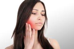 Bella giovane donna che soffre dal mal di denti, primo piano cuddles Dolore nel trattamento della mandibola di mal di denti fotografie stock libere da diritti