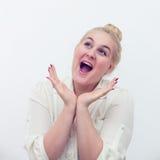 Bella giovane donna che sorride e che fantastica Fotografia Stock