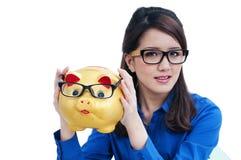 Bella giovane donna che tiene banca piggy Fotografia Stock Libera da Diritti