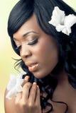 Bella giovane donna che tiene un fiore bianco Fotografia Stock Libera da Diritti