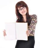 Bella giovane donna che tiene un libro in bianco Fotografie Stock Libere da Diritti