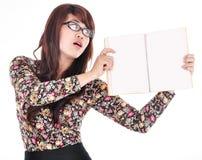 Bella giovane donna che tiene un libro in bianco Fotografia Stock