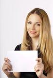 Bella giovane donna che tiene un segno Fotografia Stock
