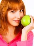 bella giovane donna che tiene una mela verde immagine stock