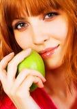 bella giovane donna che tiene una mela verde immagine stock libera da diritti