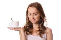Bella giovane donna che tiene una tazza e un piattino bianchi con il tè del caffè Fotografia Stock