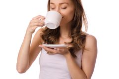 Bella giovane donna che tiene una tazza e un piattino bianchi con il tè del caffè Immagini Stock Libere da Diritti