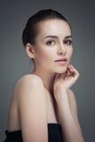 Bella giovane donna che tocca il suo fronte Sci sano fresco fotografia stock