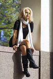 Bella giovane donna in città d'autunno fotografie stock