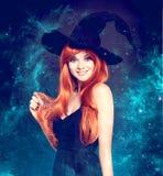 Bella giovane donna come strega di Halloween fotografia stock