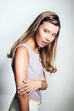 Bella giovane donna con capelli biondi lunghi Fotografia Stock Libera da Diritti